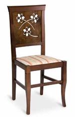 Промоция на качествен дървен стол за открити пространства