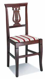 Промоция на качествен дървен стол за кафене