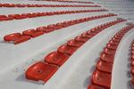 Промоция на червени пластмасови седалки и спортни зони